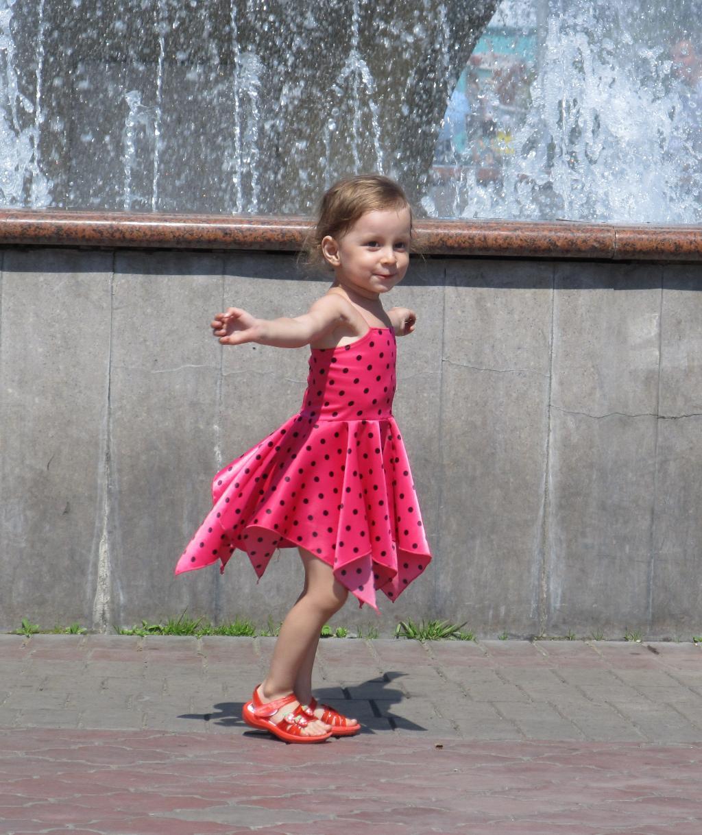 танец у фонтана . Танцуй, пока молодой!