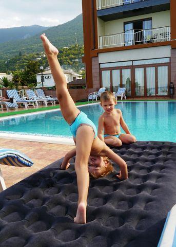 Мои детки у бассейна. Самый сильный и здоровый!