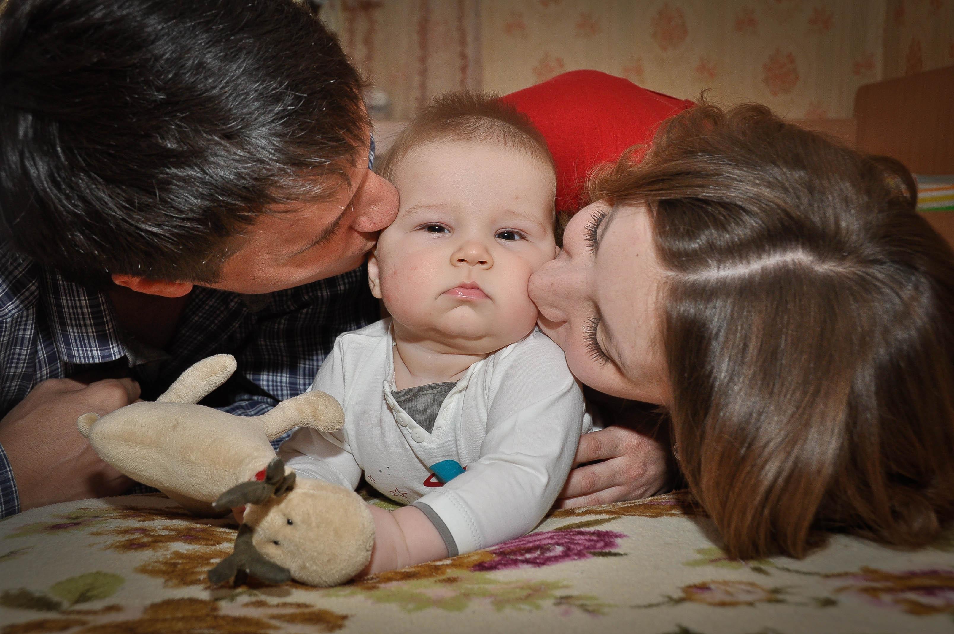 Позволяю поцеловать)). Мама, папа, я - счастливая семья!