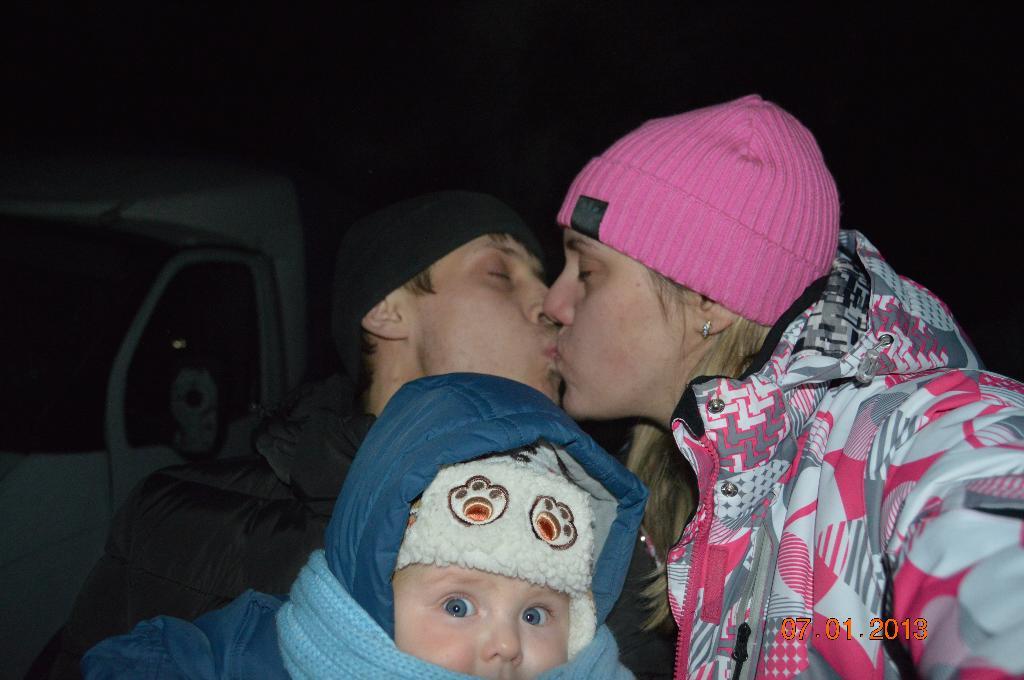 Ночь на дворе а родители всё целуются и целуются)). Мама, папа, я - счастливая семья!