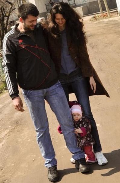 А ходить учимся всей семьёй!. Мама, папа, я - счастливая семья!