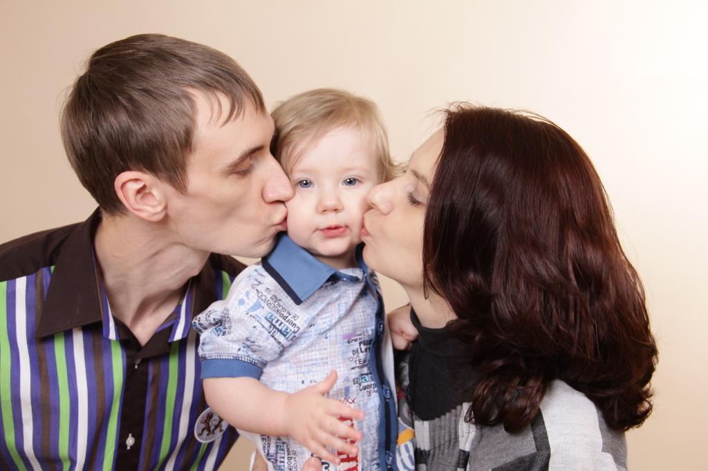 Семейные поцелуйчики!!. Мама, папа, я - счастливая семья!