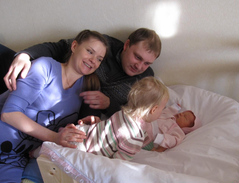 знакомство Лизы и Катюши. Мама, папа, я - счастливая семья!