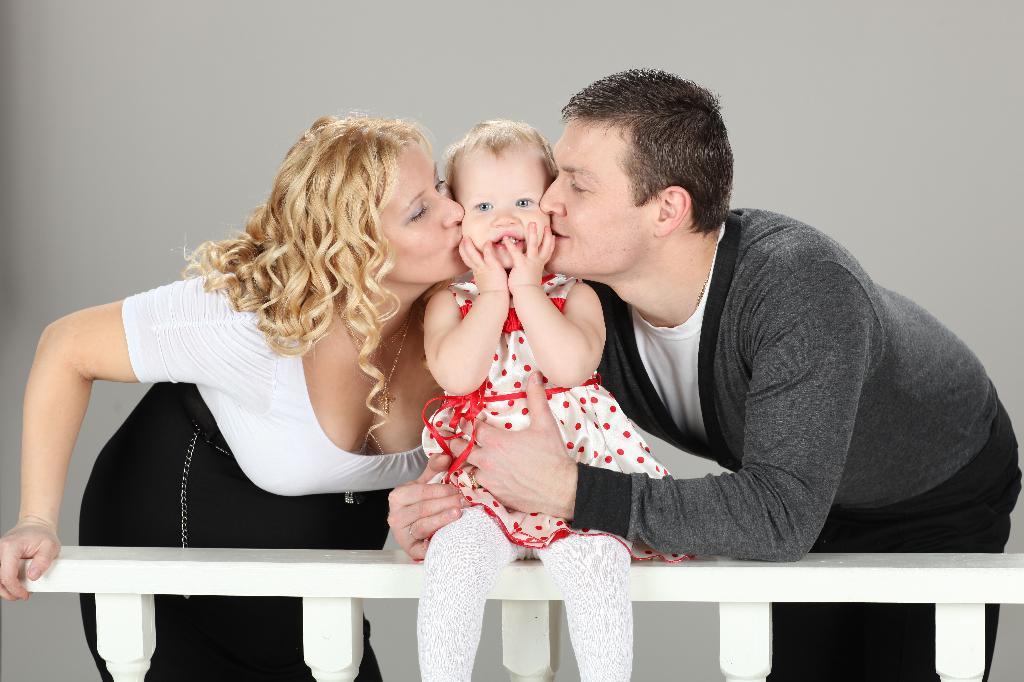 Целовашки - обнимашки. Мама, папа, я - счастливая семья!