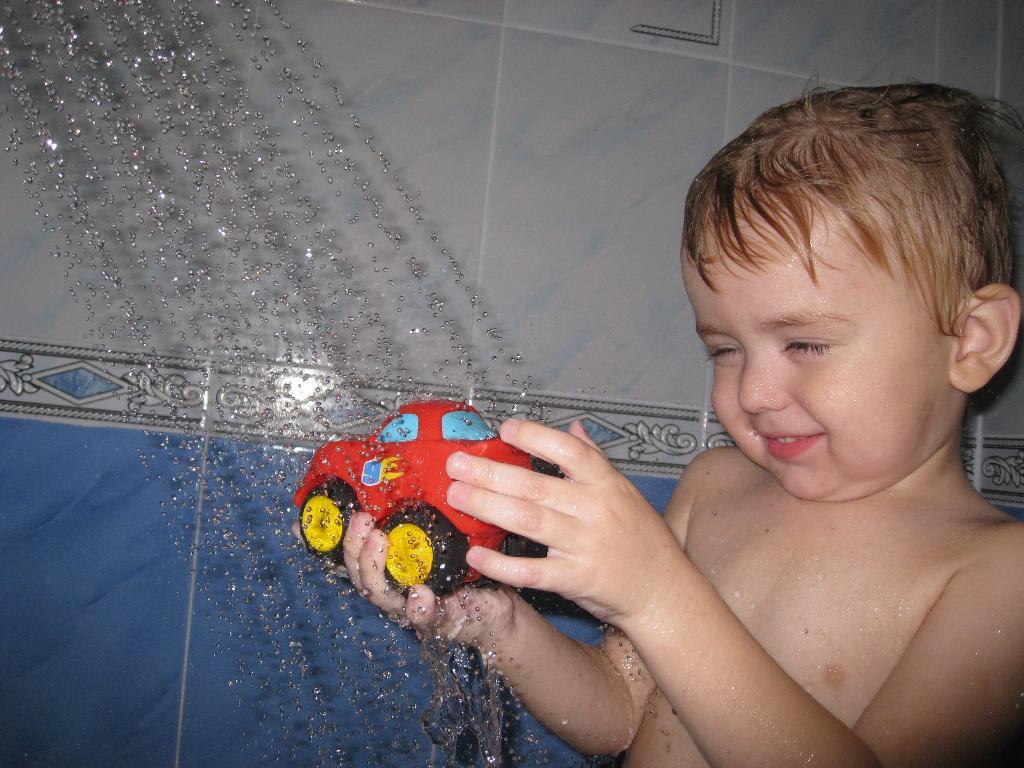 Весело купаем машинку. Веселые пузырьки