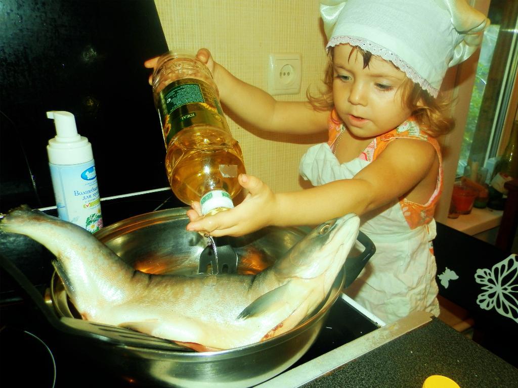 Папе ужин приготовлю,маму рыбкой угощу)). Юные кулинары