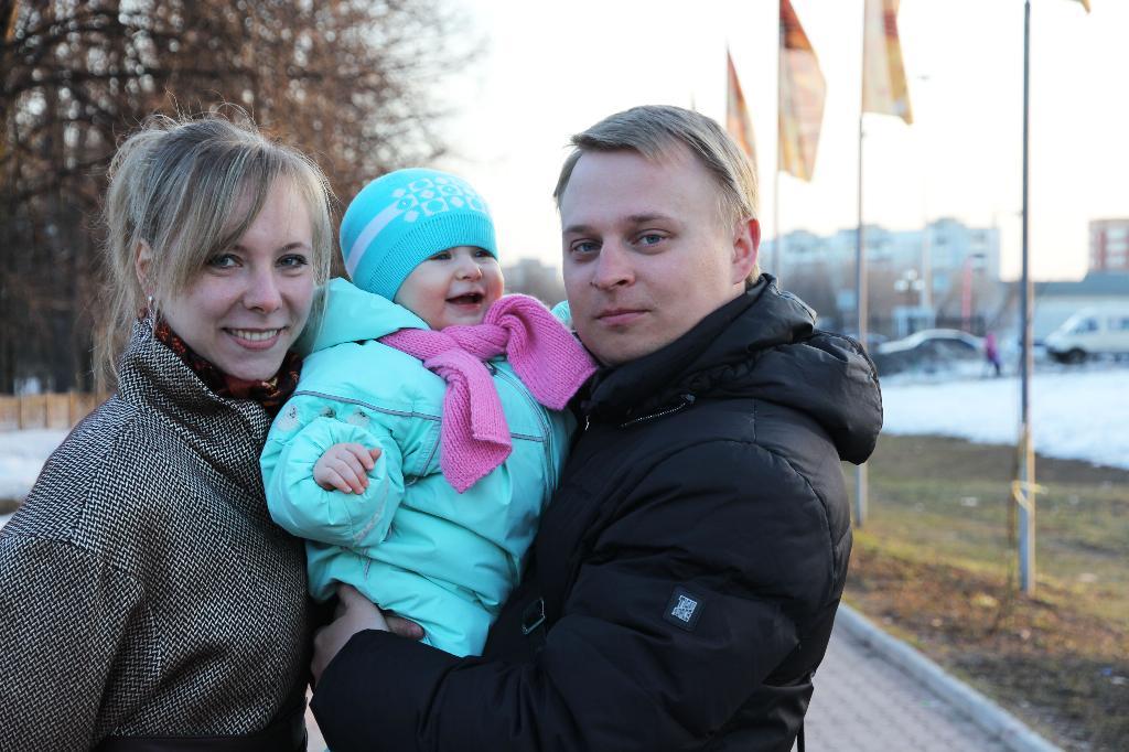 вечерняя прогулка . Мама, папа, я - счастливая семья!