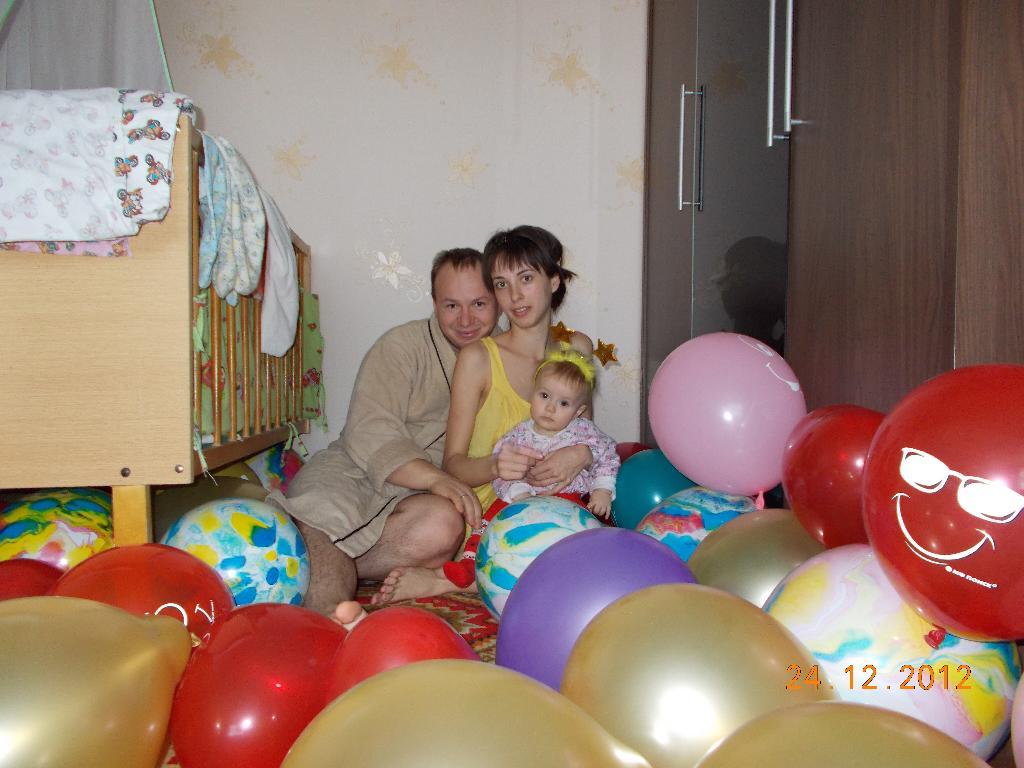 Семейное  трио в 'ковре' из шариков.. Мама, папа, я - счастливая семья!