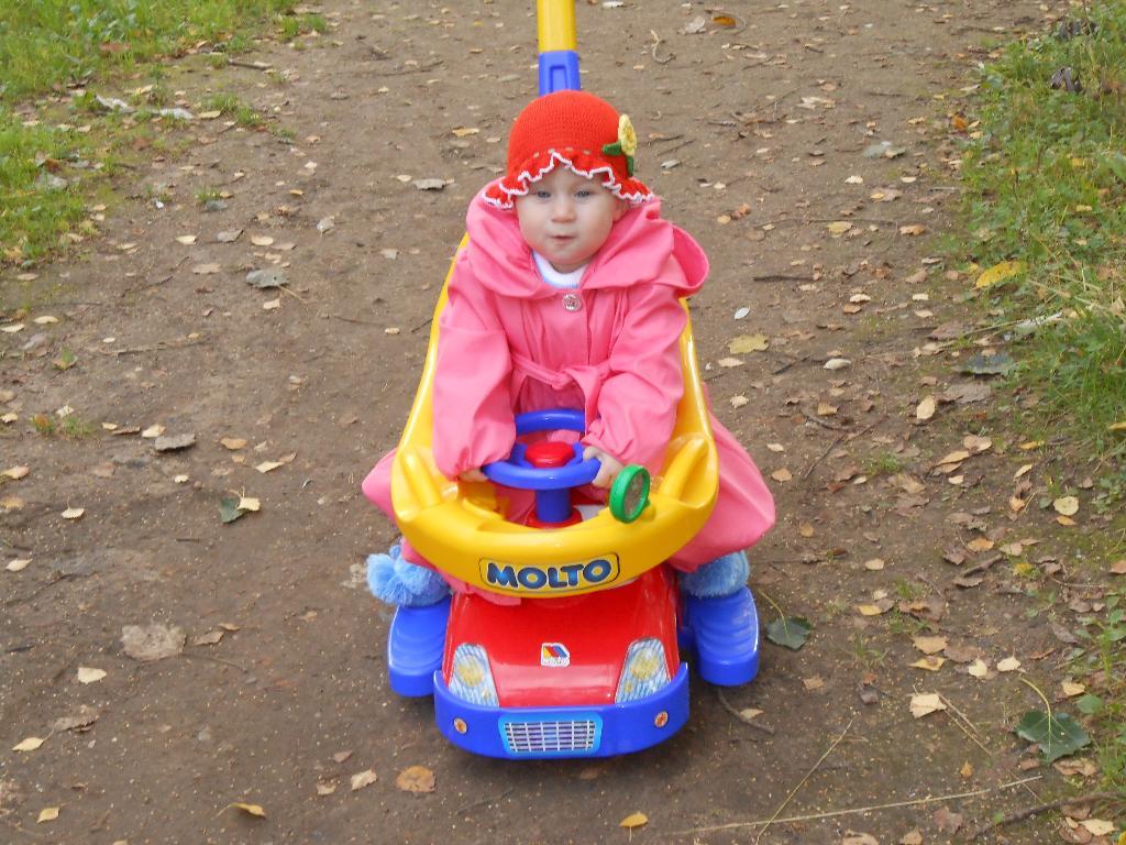 Лиза на машинке.. Пора кататься!