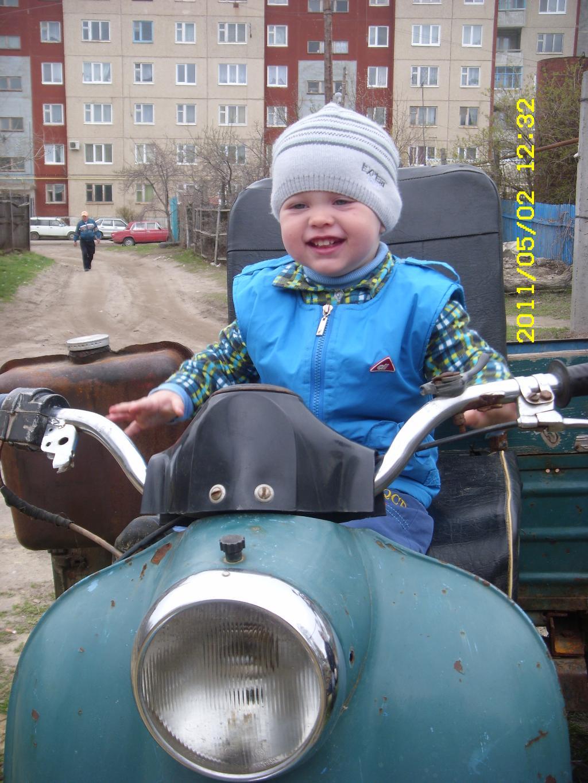 Вот вырасту, деда мне свой мотоцикл подарит! . Пора кататься!