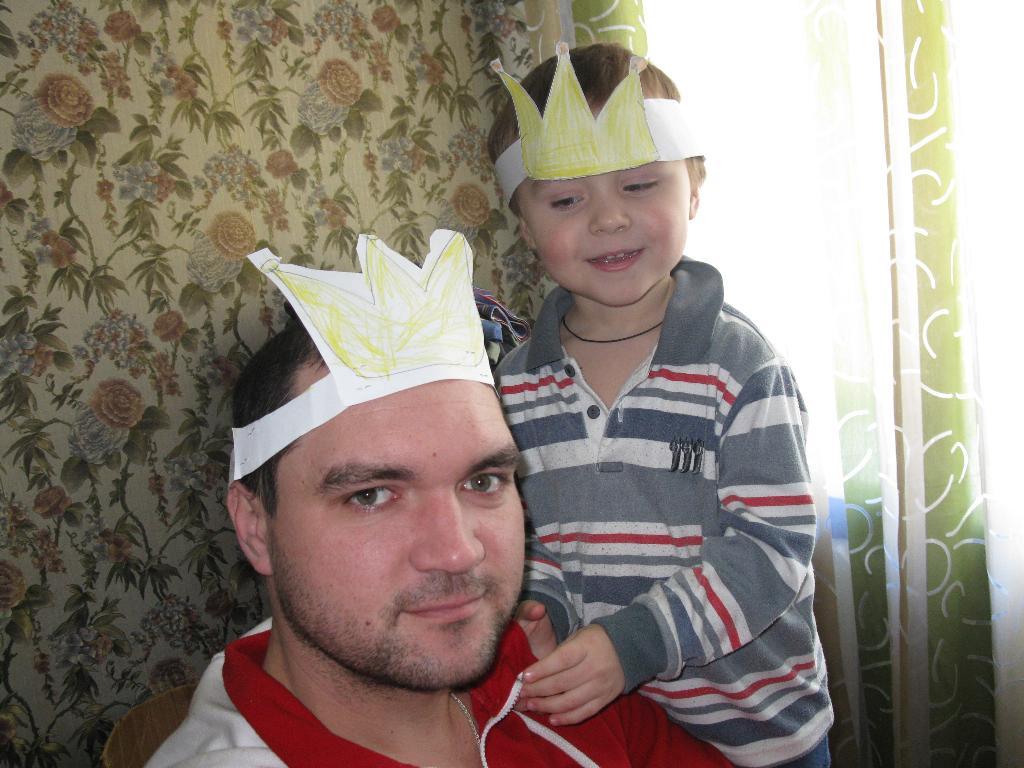 Папа и сына играют в принца и короля. Играем вместе!