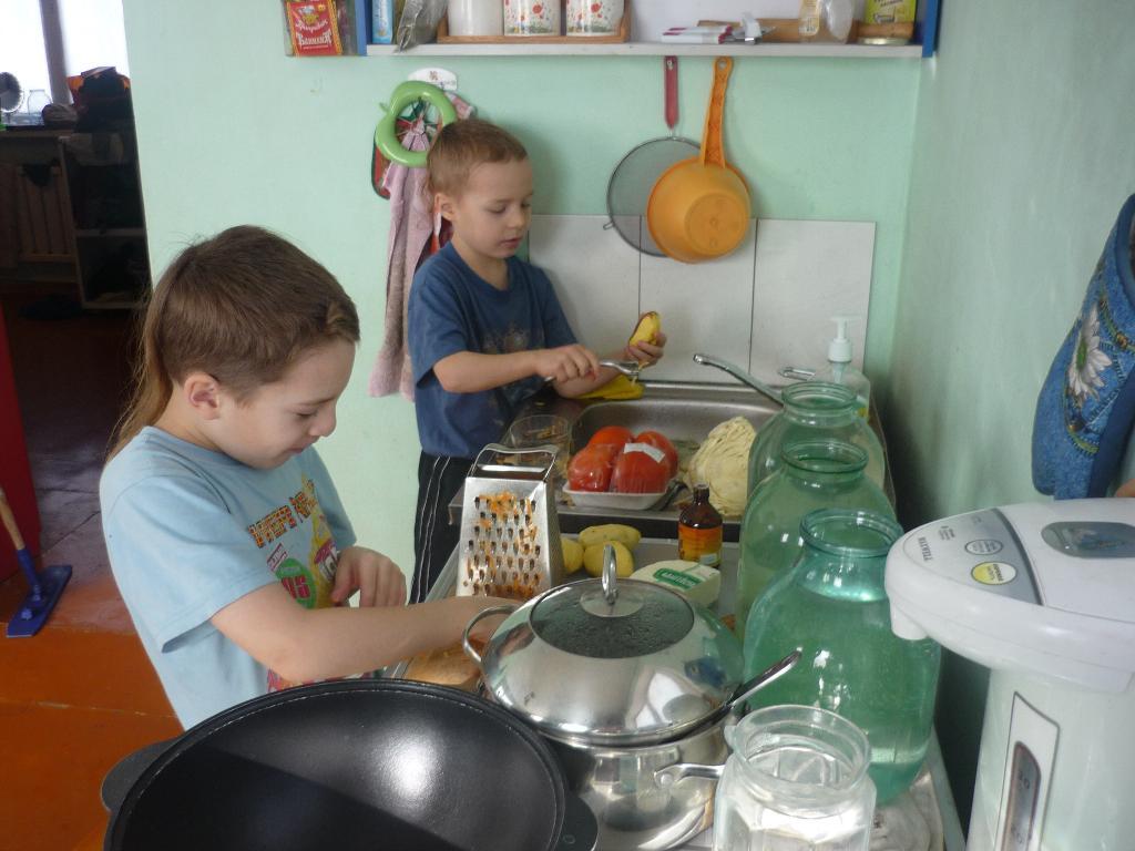 Миша и Данила готовят ужин. Юные кулинары