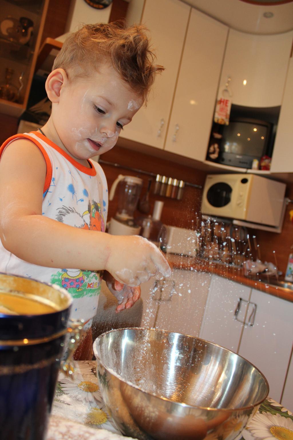 Будем печь пирог. Юные кулинары