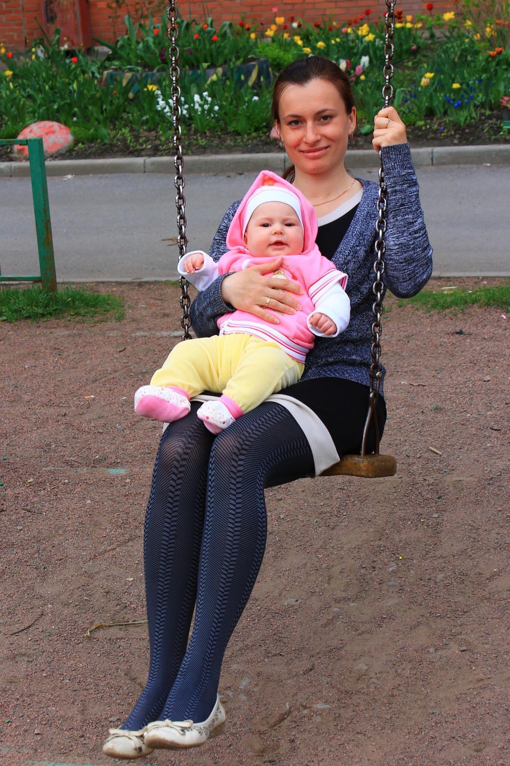 Мама с дочкой катаются на качелях. Играем вместе!