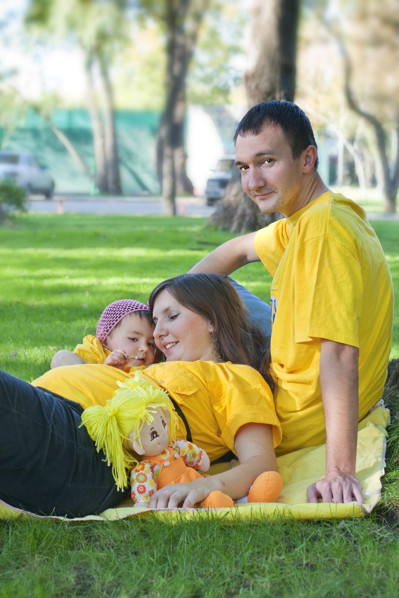 Солнечная семья гуляет в солнечный денек!. Вместе весело гулять!