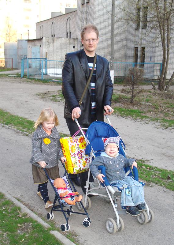 На прогулке с детьми и игрушечной внучкой. Вместе весело гулять!