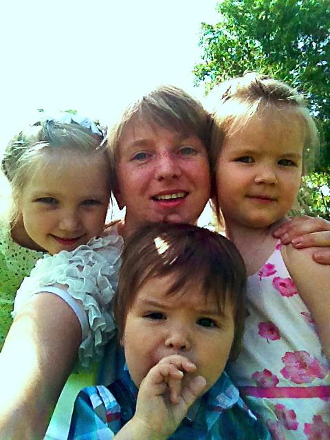 Семья растет и солнце светит!. Вместе весело гулять!