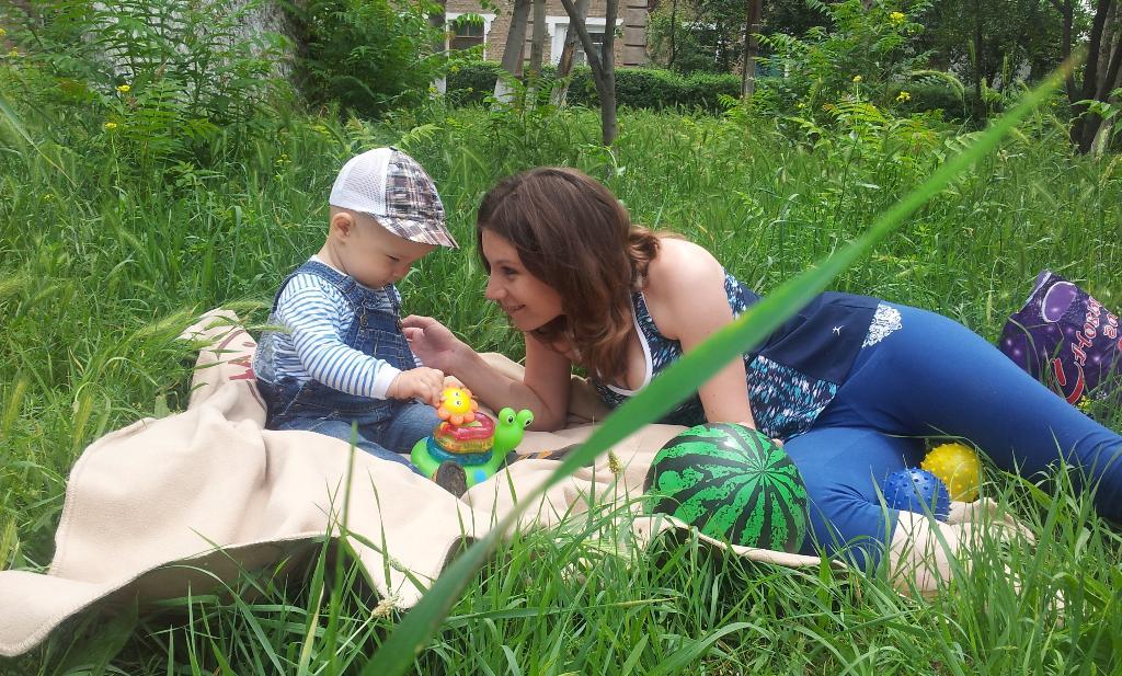 А папа затаился в траве). Играем вместе!