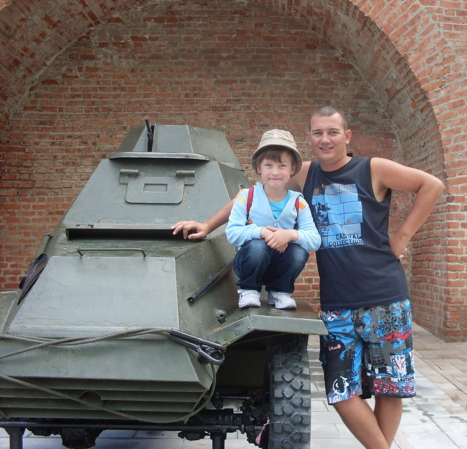 С папой на прогулке в Нижегородском кремле. Вместе весело гулять!