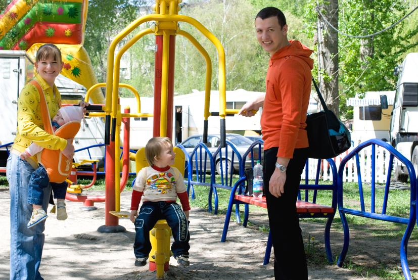 в парке весело гулять со всей семьей!. Вместе весело гулять!