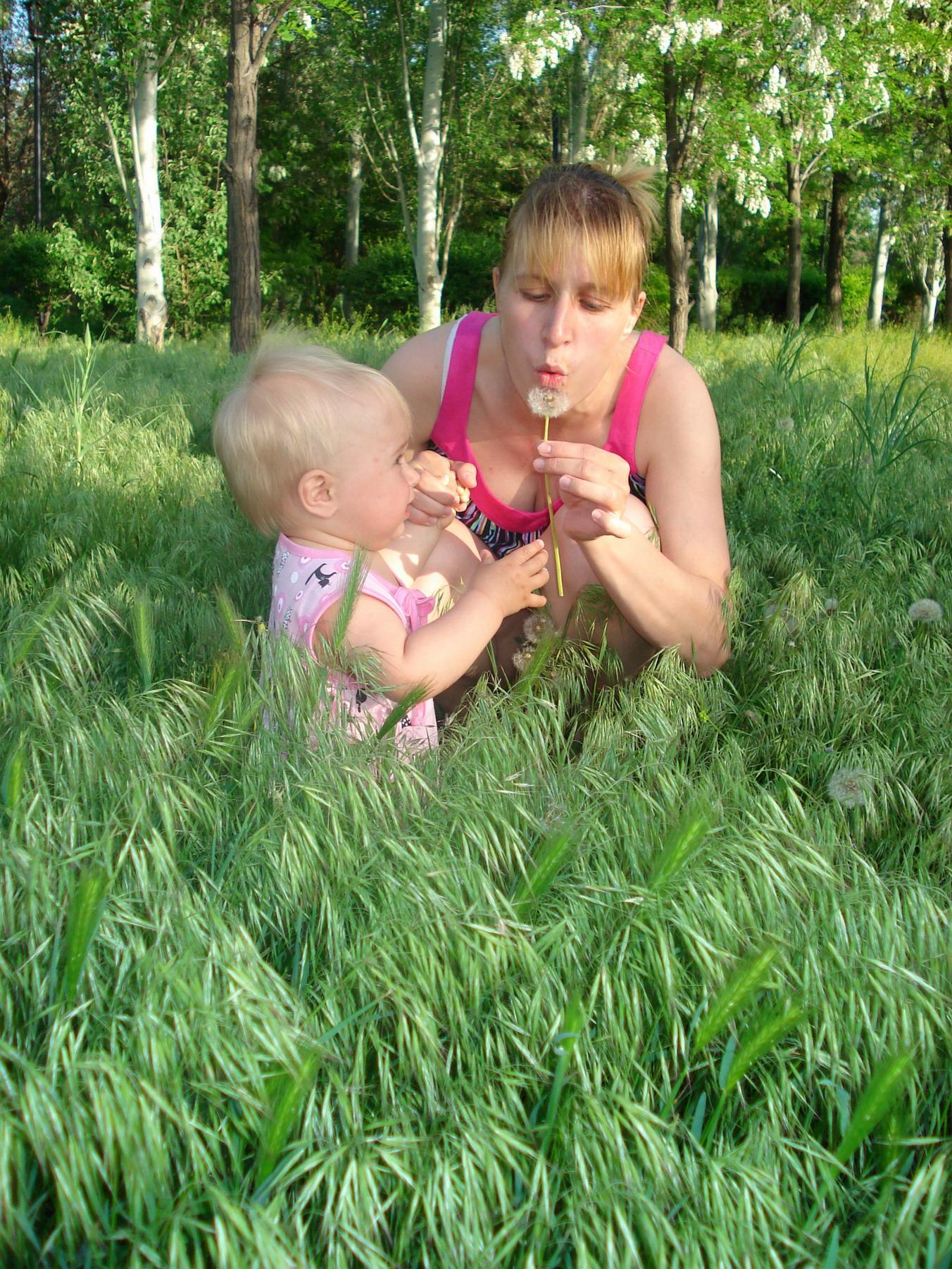 'Утонули'в траве))). Вместе весело гулять!
