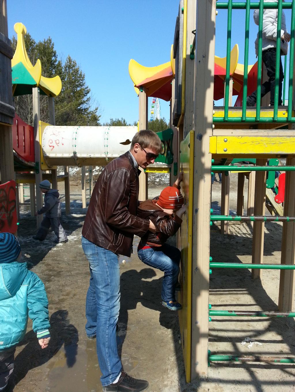 папа с сыном на прогулке. Вместе весело гулять!