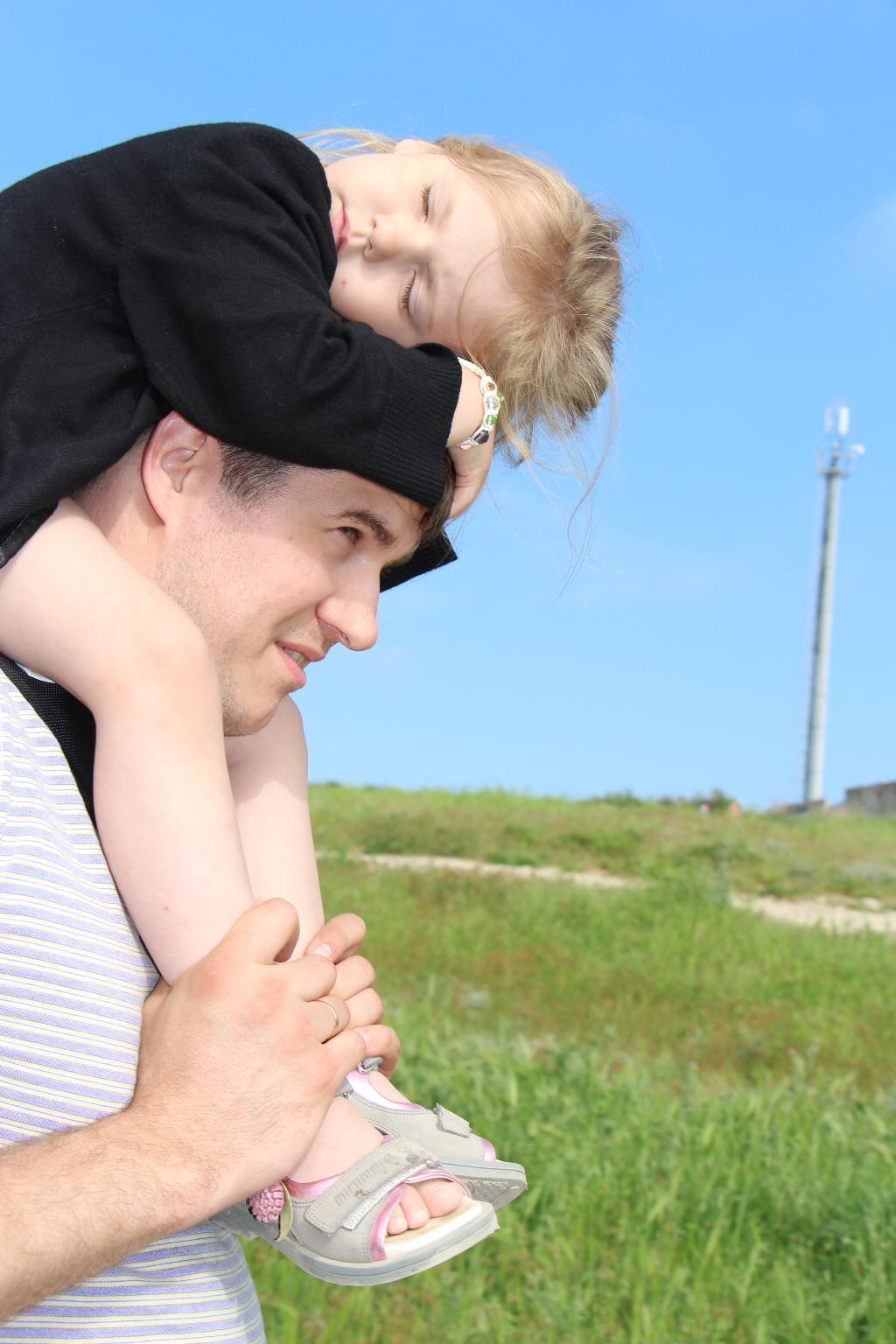 побегали мы по траве, теперь поспим на голове))). Вместе весело гулять!