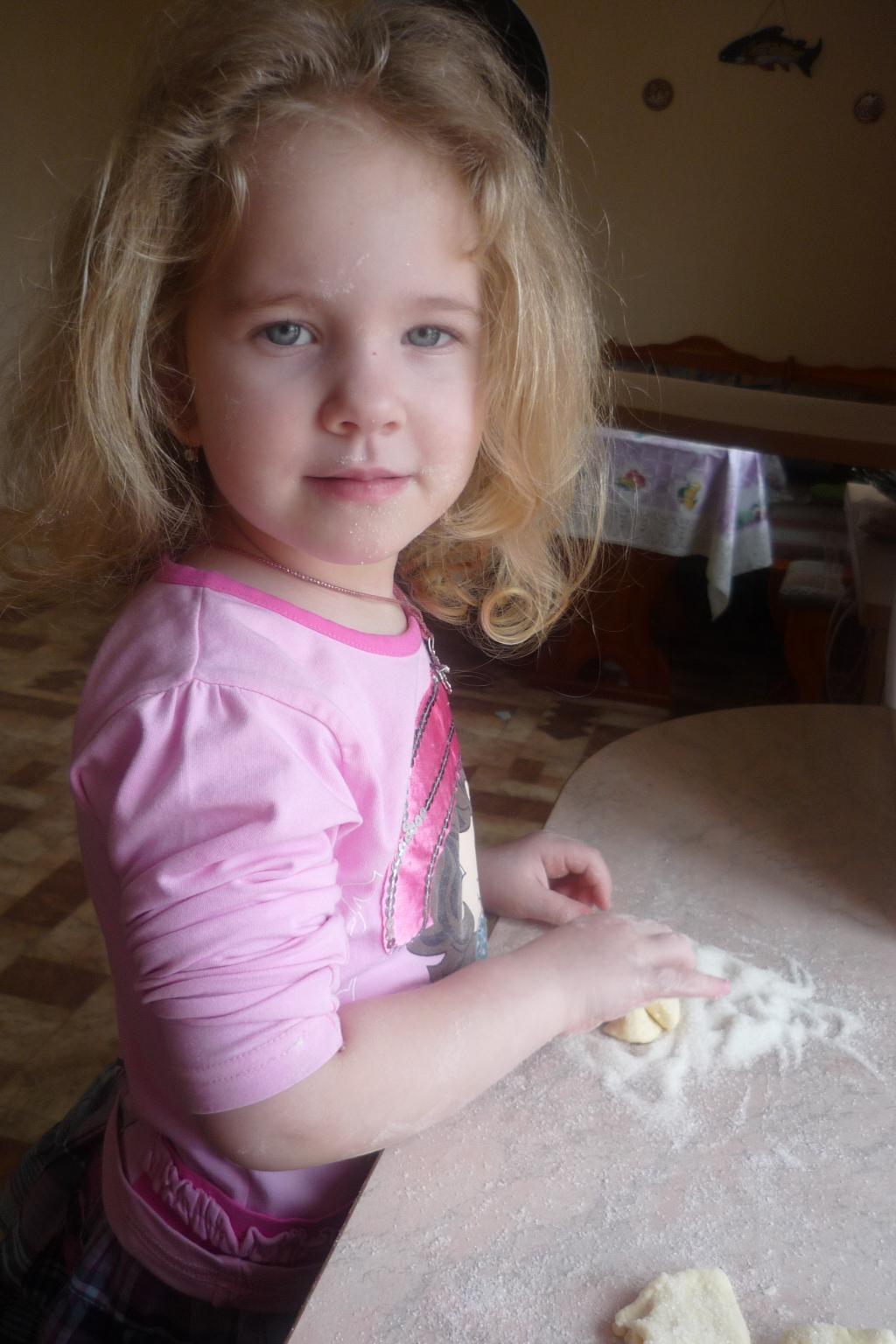 Маша готовит печенье (3 года). Маленькие поварята