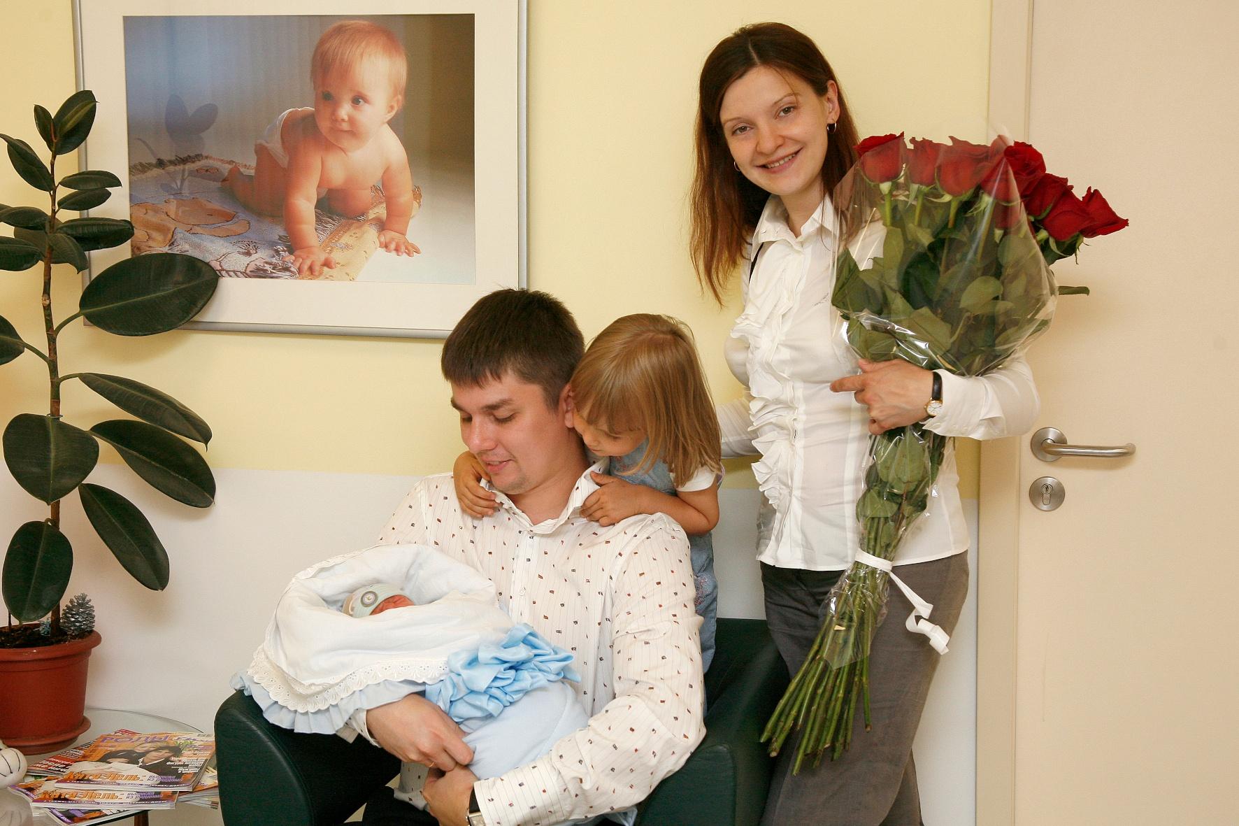 Новый малыш в счастливой семье. Мама, папа, я - счастливая семья!