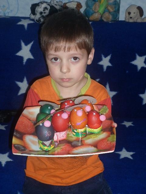 сын готовился к пасхе. Юные кулинары