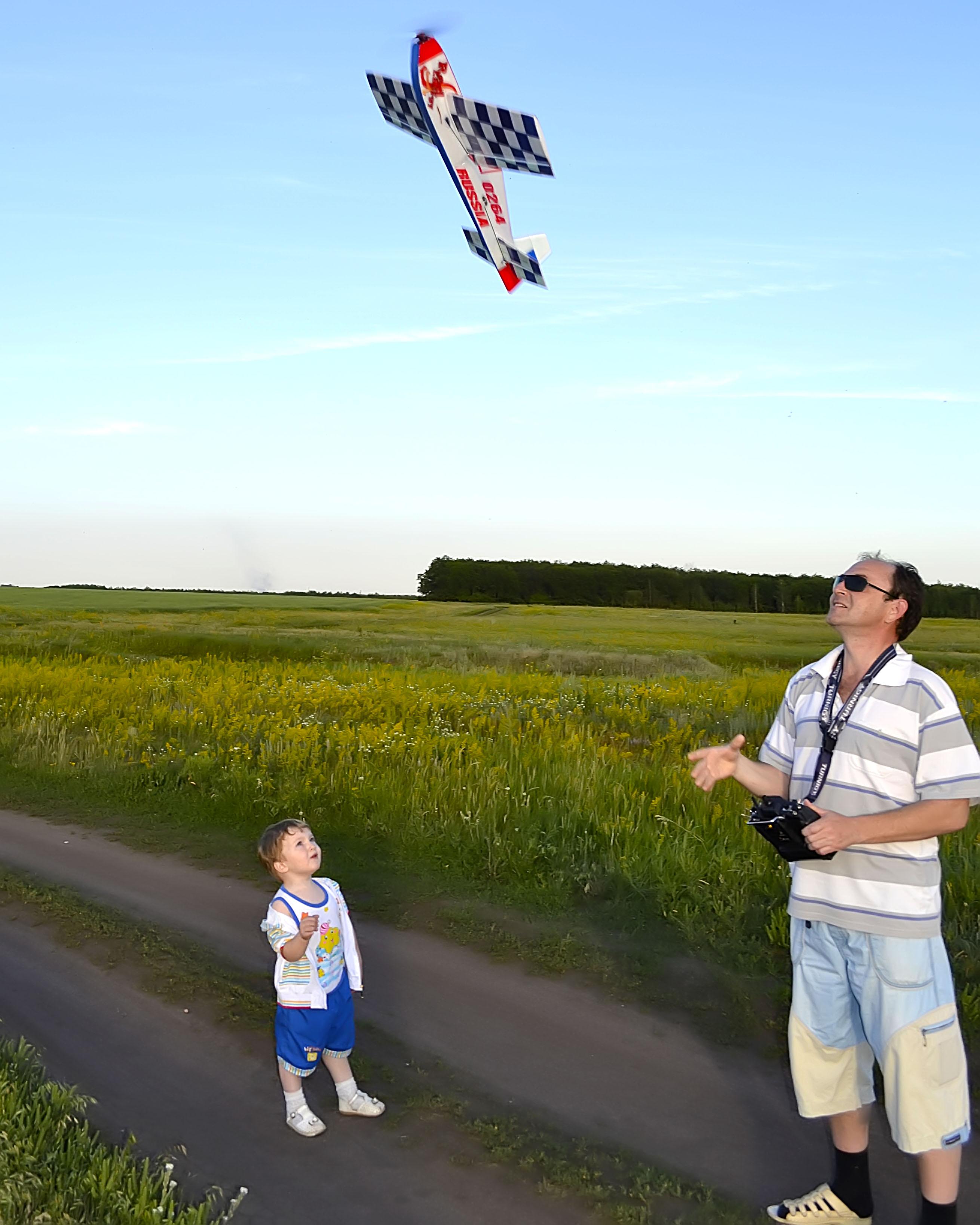 С папой вместе мы играем, самолетик запускаем!. Играем вместе!