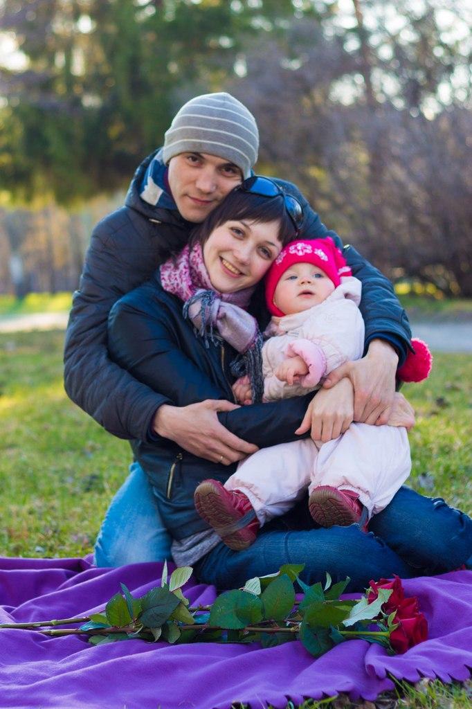 Вот такие мы счастливые. Мама, папа, я - счастливая семья!
