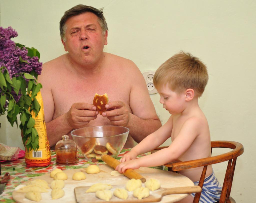 Пирожков нажарим вдоволь, будет дедушка доволен.. Юные кулинары
