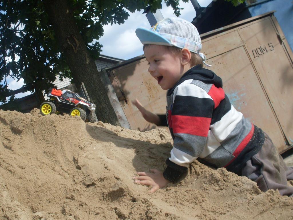 Прыгать, бегать, веселиться и в песке  повозиться!. Побегаем-попрыгаем
