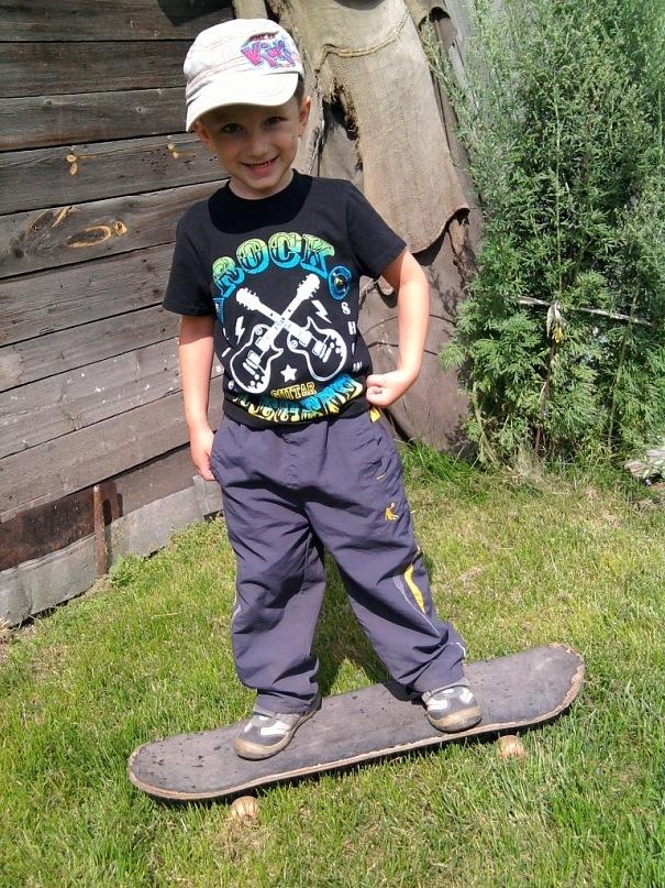 я всегда в движении-катаюся на скейте я)). Побегаем-попрыгаем