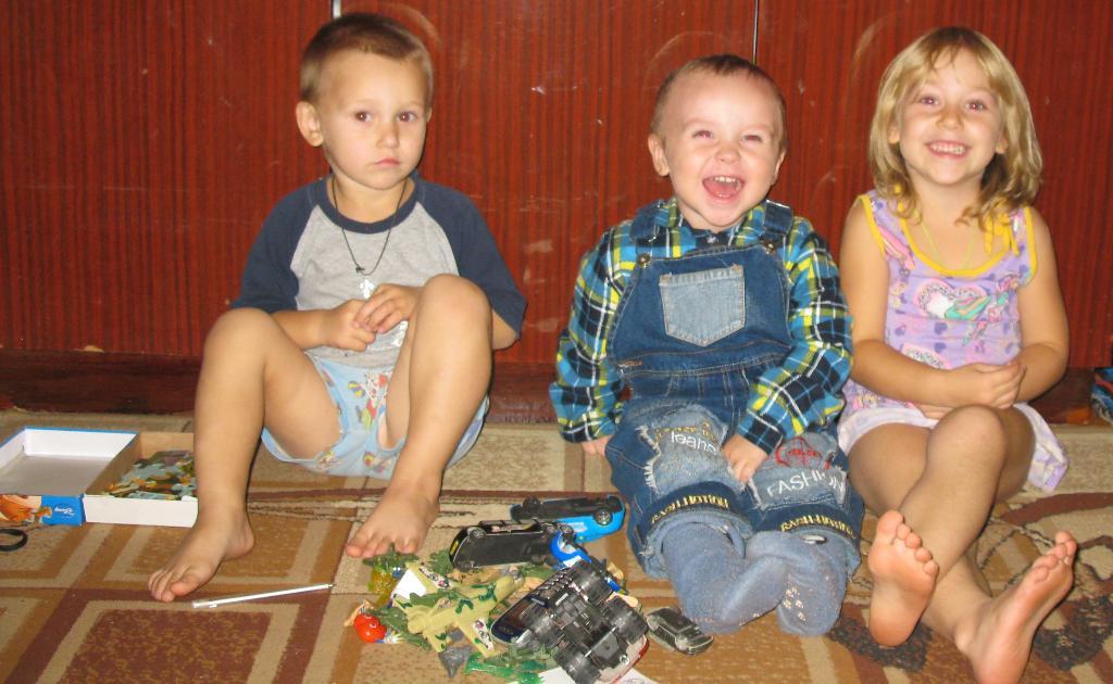 Ванечка с любимыми друзьями Ксюшей и Денисой!. Настоящие друзья