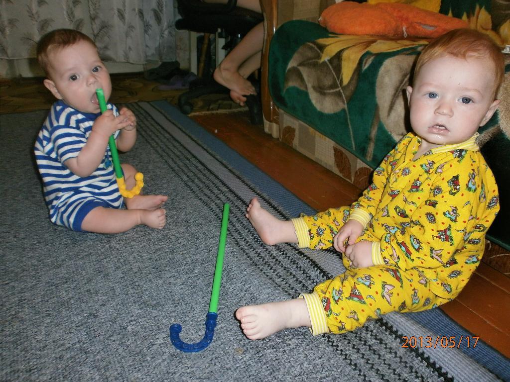 дружим с рождения и игрушки одинаковые))))). Настоящие друзья