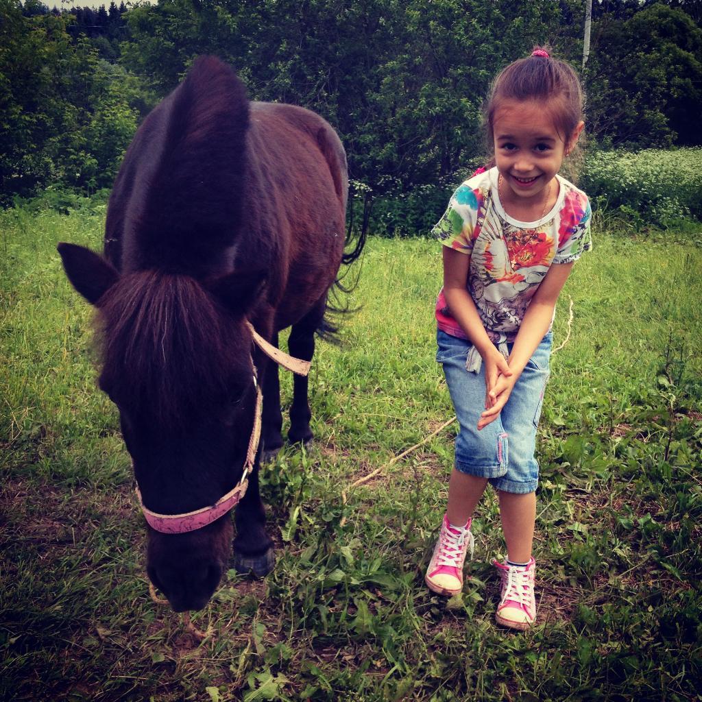 Рита и пони Момо. Побегаем-попрыгаем
