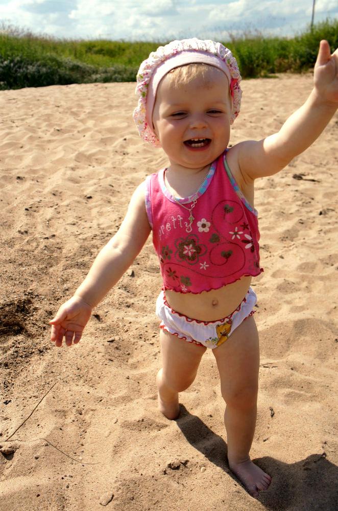 Бегаем по песочку, догоняем маму. Побегаем-попрыгаем