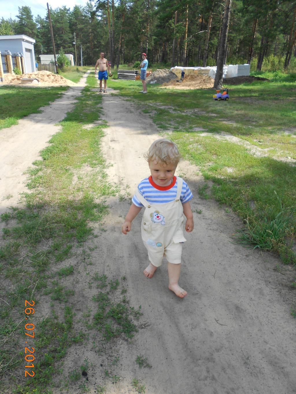 Босоногий мальчик. Побегаем-попрыгаем