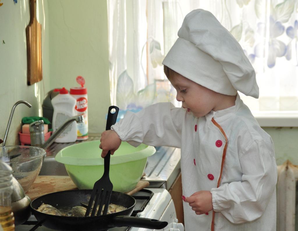 И маленький мужчина-лучший повар! Так мама говорит. Помогаем маме!