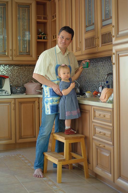Папа!? Посуда!? Срочно помогать сам не справится!. Помогаем маме!