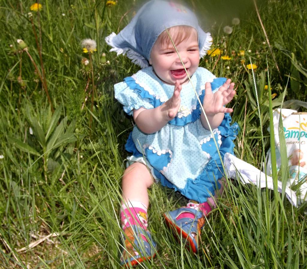 На полянке .. От улыбки хмурый день светлей!