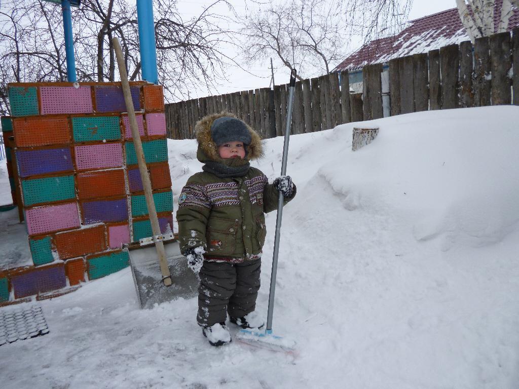 вот как я снег почистил!. Помогаем маме!