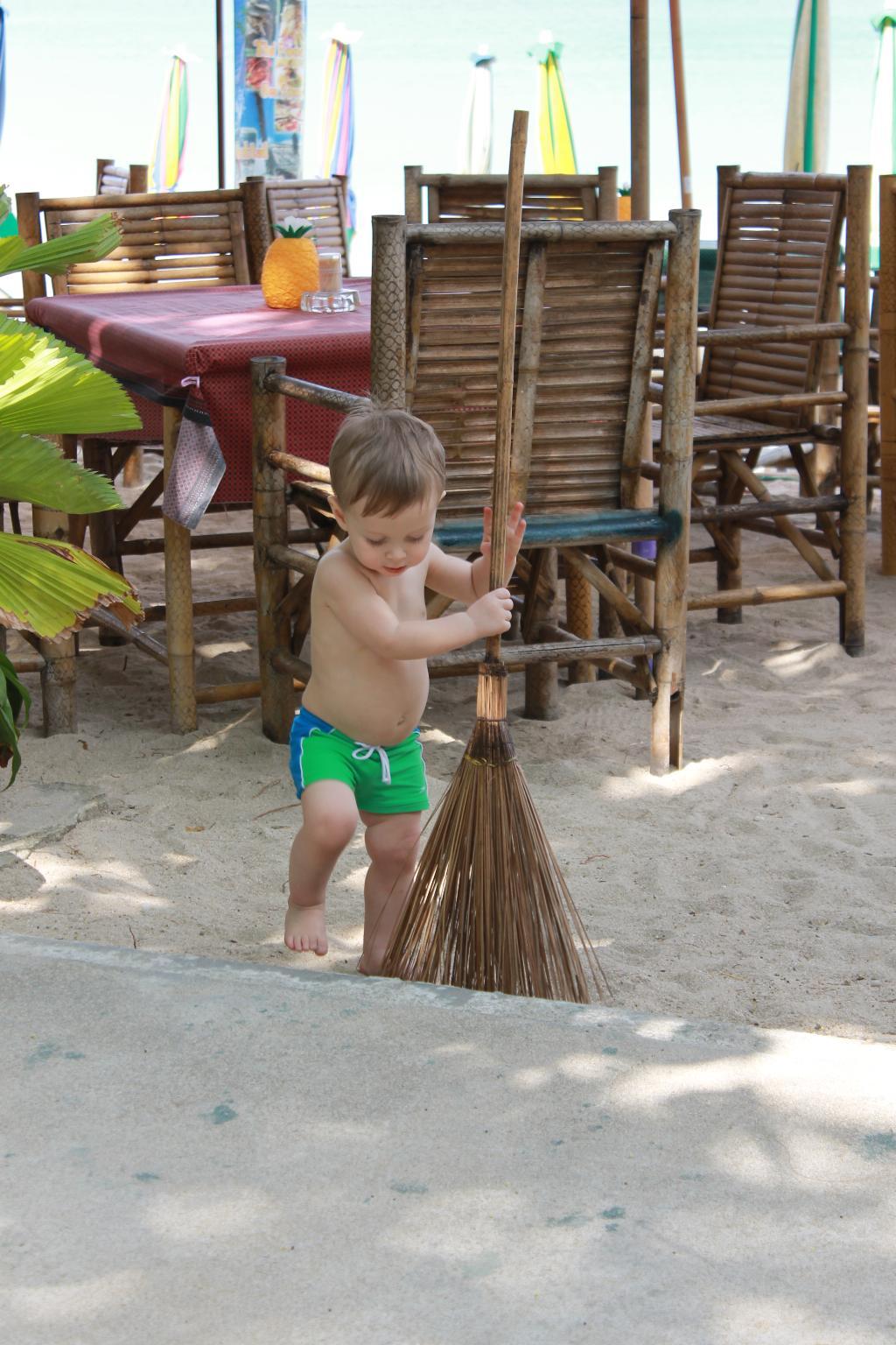 Ходють тут, мусорють, а Саша - убирай за всеми:)). Помогаем маме!