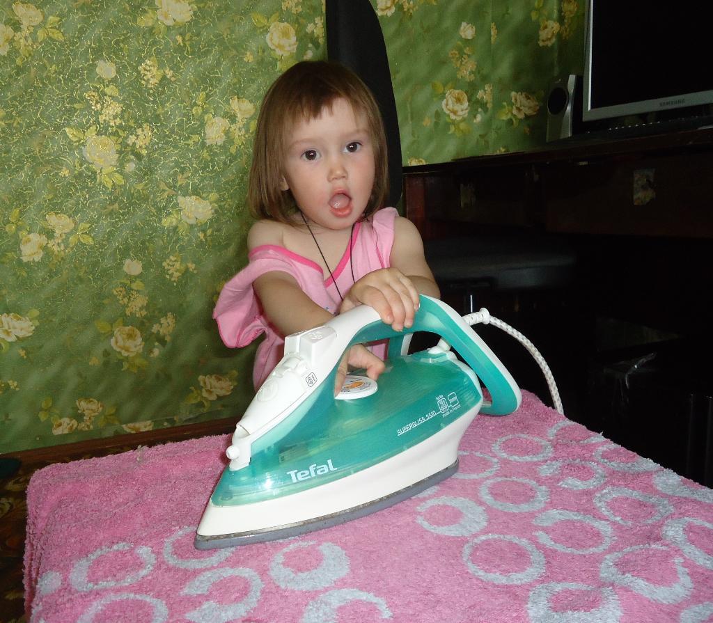 Помогаю маме гладить. Помогаем маме!