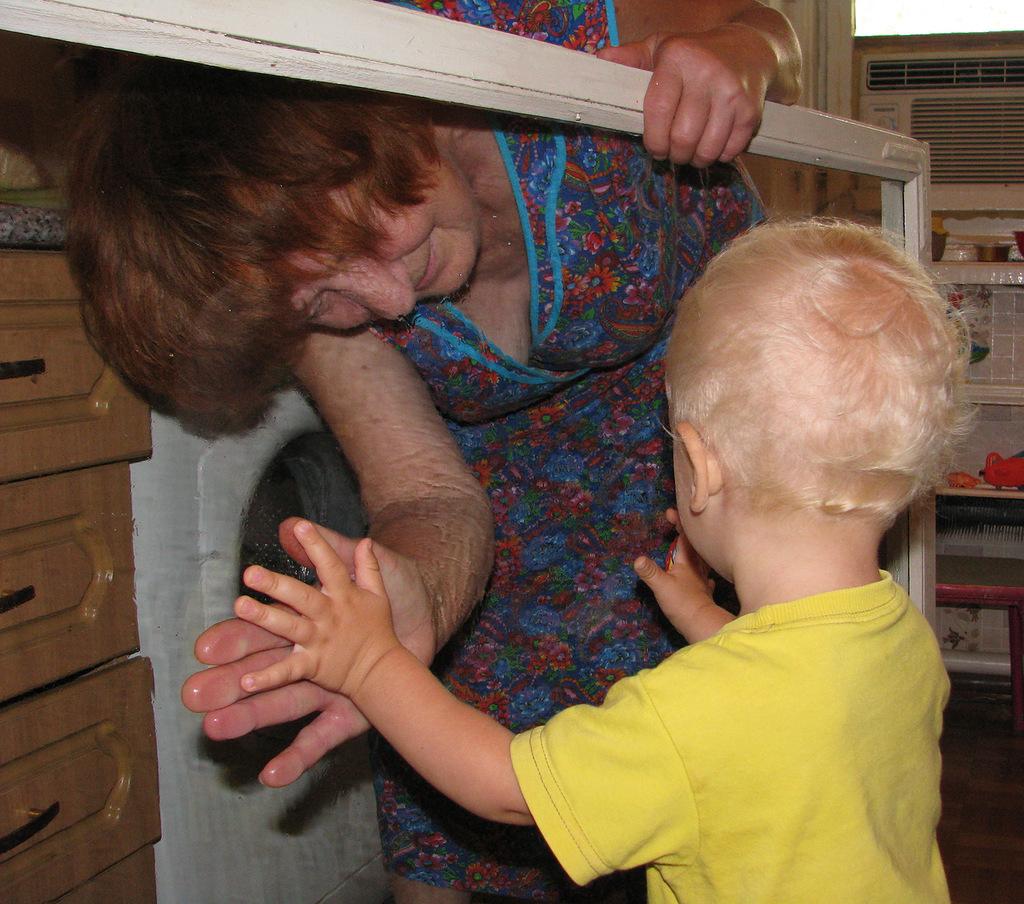 Помогаем бабушке мыть окна. Помогаем маме!