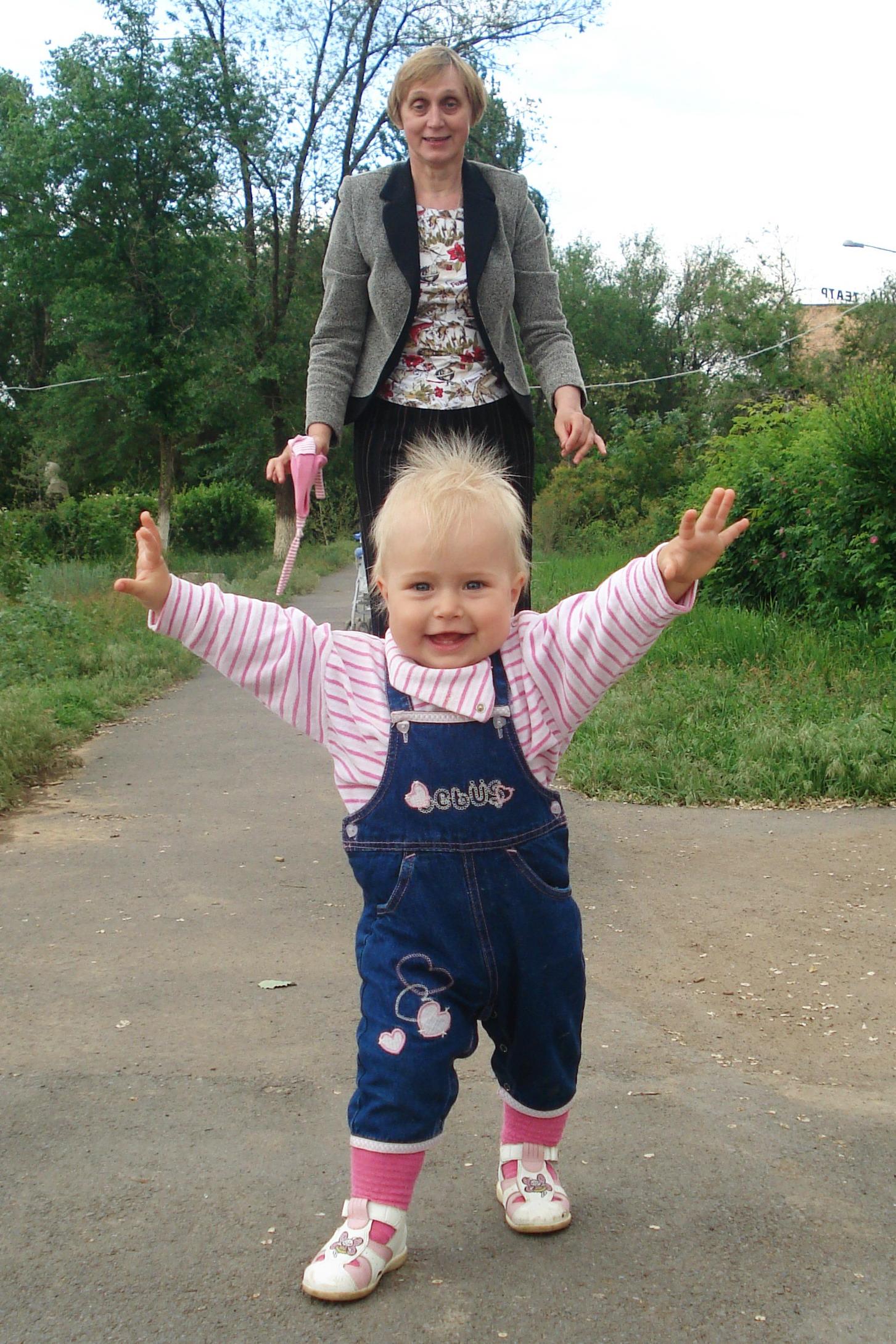 Бабушка,догоняй!!!!. Вместе весело гулять!