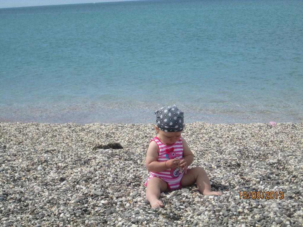 На берегу моря играю с камешками.. Юный путешественник