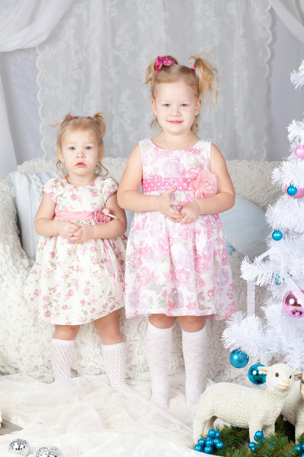 Две сестренки. Маленькая модница